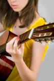Het meisje van de tiener het spelen gitaar Stock Foto