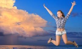 Het meisje van de tiener het springen stock afbeeldingen