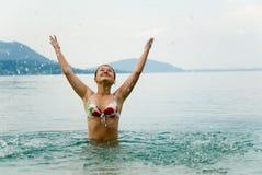 Het meisje van de tiener het zwemmen stock foto's