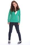 Het meisje van de tiener in jeans en hoodie met grote glimlach Stock Afbeelding