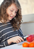Het meisje van de tiener met appel royalty-vrije stock foto's