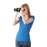 Het meisje van de tiener met binoculair Stock Afbeeldingen