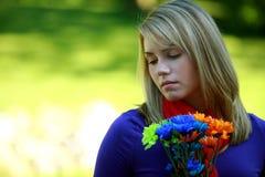 Het meisje van de tiener met bloemen royalty-vrije stock fotografie