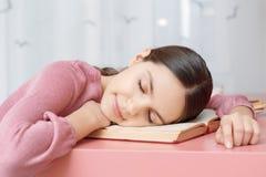 Het meisje van de tiener met een boek Stock Afbeeldingen