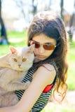 Het meisje van de tiener met kat Stock Foto