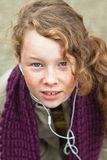 Het meisje van de tiener met krullend haar stock afbeelding