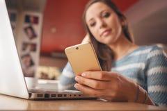 Het meisje van de tiener met mobiele telefoon royalty-vrije stock afbeelding