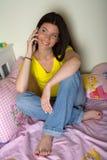 Het meisje van de tiener met mobiele telefoon Royalty-vrije Stock Afbeeldingen