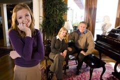 Het meisje van de tiener met ouders door piano Royalty-vrije Stock Fotografie