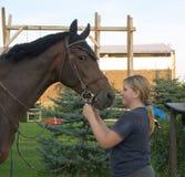 Het meisje van de tiener met paard Stock Foto