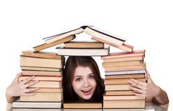 Het meisje van de tiener met partij van boeken royalty-vrije stock afbeeldingen
