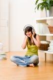 Het meisje van de tiener ontspant gelukkig huis - luister aan muziek royalty-vrije stock foto