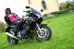 HET MEISJE VAN DE TIENER OP MOTOR Stock Foto's