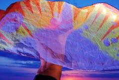 Het meisje van de tiener in pareo op zonsondergang Stock Afbeeldingen