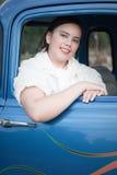 Het meisje van de tiener in passagierszetel van retro vrachtwagen Royalty-vrije Stock Afbeeldingen