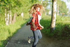 Het meisje van de tiener in rood overhemd Stock Foto's