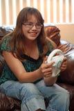 Het meisje van de tiener speelt videorasspel Stock Foto's