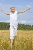 Het meisje van de tiener stelt geluk in werking Stock Afbeeldingen