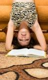 Het meisje van de tiener wil gelezen niet boek Stock Afbeeldingen