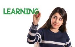Het meisje van de tieneruniversiteit schrijft het leren op het transparante scherm royalty-vrije stock fotografie