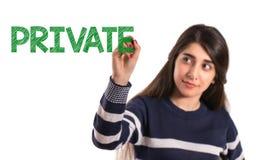 Het meisje van de tieneruniversiteit schrijven privé op het transparante scherm stock afbeelding