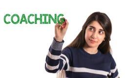 Het meisje van de tieneruniversiteit het schrijven het trainen op het transparante scherm stock afbeeldingen