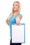 Het meisje van de vrouwenstudent houdt klembord met spatie stock foto