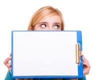 Het meisje van de vrouwenstudent houdt klembord met spatie royalty-vrije stock afbeelding