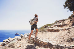 Het meisje van de wandelaarreiziger op een wandelingssleep, een reis en een actief levensstijlconcept Royalty-vrije Stock Fotografie