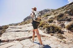 Het meisje van de wandelaarreiziger op een wandelingssleep, een reis en een actief levensstijlconcept Royalty-vrije Stock Afbeelding