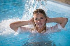 Het meisje van de waterval Stock Foto's