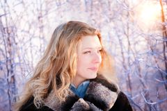 Het meisje van de winter achter sneeuwboom Stock Foto's