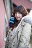 Het meisje van de winter in het park royalty-vrije stock afbeelding