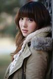 Het meisje van de winter in het park Stock Afbeeldingen
