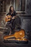 Het meisje van de zigeuner het spelen gitaar Stock Fotografie