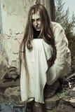 Het meisje van de zombie in de verlaten bouw royalty-vrije stock fotografie