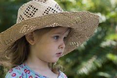 Het meisje van de zomer in de tuin stock afbeeldingen