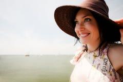 Het meisje van de zomer met hoed en zonnebril Stock Foto's