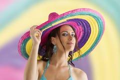Het meisje van de zomer met sombrero royalty-vrije stock afbeelding
