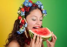 Het meisje van de zomer met watermeloen Stock Foto's