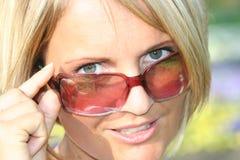 Het meisje van de zomer met zonglazen Stock Afbeeldingen