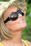 Het meisje van de zomer met zonglazen Stock Foto's