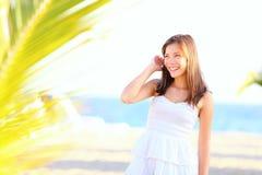Het meisje van de zomer op strand Stock Afbeeldingen