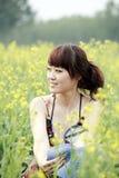 Het meisje van de zomer op verkrachtingsgebied. Royalty-vrije Stock Fotografie