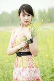 Het meisje van de zomer op verkrachtingsgebied. Stock Afbeeldingen