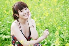 Het meisje van de zomer op verkrachtingsgebied. Royalty-vrije Stock Foto's
