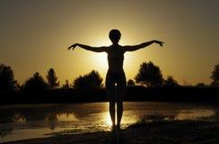 Het meisje van de zonsondergang Stock Foto