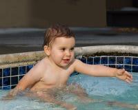 Het meisje van de zuigeling in de pool stock afbeelding