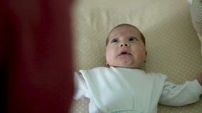 Het meisje van de zuigelingsbaby ligt in het bed stock videobeelden