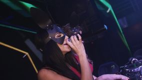 Het meisje van DJ en mc het meisje in hazenmaskers presteren bij draaischijf in nachtclub clubbing stock videobeelden